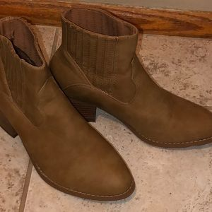 NWT BOOTS SIZE 7